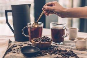 đổ cafe vào cốc