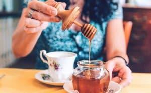 nước chanh mật ong chữa say cà phê