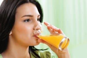 uống nước cam giải say cà phê