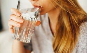 uống nước lọc chữa say cafe