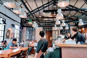 Đôi tượng khách quán cafe
