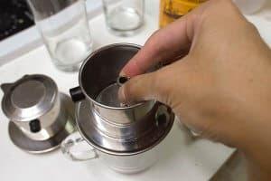 nén cà phê trước khi pha